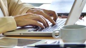 Mujer de negocios que usa el ordenador portátil almacen de video