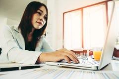 Mujer de negocios que usa el ordenador portátil Fotos de archivo