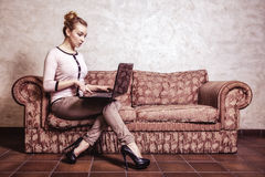 Mujer de negocios que usa el ordenador Tecnología casera de Internet Foto de la vendimia Imagenes de archivo