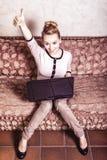 Mujer de negocios que usa el ordenador. Tecnología casera de Internet. Foto del vintage. Imágenes de archivo libres de regalías