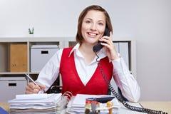Mujer de negocios que usa el teléfono foto de archivo libre de regalías