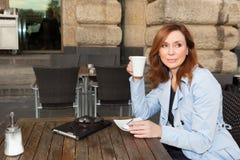 Mujer de negocios que usa la tableta en hora de la almuerzo. Foto de archivo