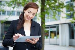 Mujer de negocios que usa la tablilla Fotos de archivo libres de regalías