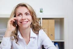 Mujer de negocios que usa smartphone Imágenes de archivo libres de regalías