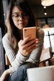 Mujer de negocios que usa smartphone ella que mira a la pantalla en smartp Fotos de archivo libres de regalías