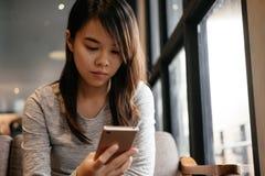 Mujer de negocios que usa smartphone ella que mira a la pantalla en smartp Imagenes de archivo
