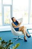Mujer de negocios que usa su Smartphone en la oficina Negocio Peop Fotos de archivo
