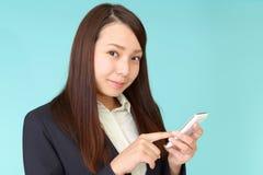 Mujer de negocios que usa un tel?fono elegante imagenes de archivo