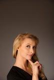 Mujer de negocios rubia caucásica bastante pensativa que mira en copia Foto de archivo
