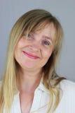 Mujer de negocios rubia con la expresión facial descarada Fotos de archivo libres de regalías
