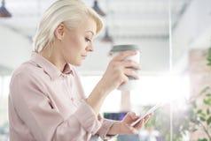 Mujer de negocios rubia en la oficina fotografía de archivo libre de regalías