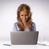 Mujer detrás del ordenador portátil Fotografía de archivo libre de regalías