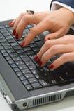 Mujer de negocios rubia que trabaja en el ordenador Foto de archivo