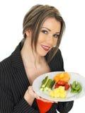 Mujer de negocios sana joven con cinco una selección de la comida del día Fotos de archivo libres de regalías