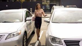 Mujer de negocios segura de sí mismo que camina a auto, volviendo a casa después de día laborable fotos de archivo libres de regalías