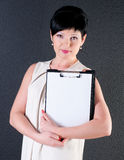 Mujer de negocios seria con el espacio en blanco sobre fondo oscuro Foto de archivo