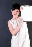 Mujer de negocios seria con el espacio en blanco sobre fondo oscuro Fotos de archivo libres de regalías