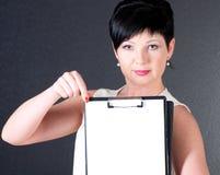 Mujer de negocios seria con el espacio en blanco sobre fondo oscuro Fotografía de archivo