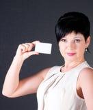 Mujer de negocios seria con la tarjeta en blanco Imagen de archivo