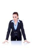 Mujer de negocios seria detrás del escritorio Fotografía de archivo