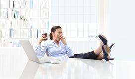 Mujer de negocios soñolienta cansada que bosteza, trabajo en el escritorio de oficina y imagenes de archivo
