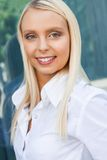 Mujer de negocios sonriente acertada joven atractiva que se coloca al aire libre Fotos de archivo libres de regalías