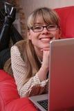 Mujer de negocios sonriente con la computadora portátil Imagen de archivo