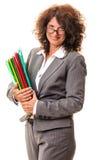 Mujer de negocios sonriente con las carpetas de archivos Imagen de archivo libre de regalías