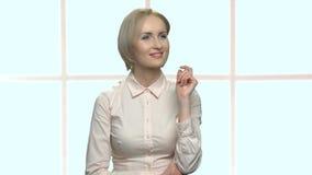 Mujer de negocios sonriente curiosa que trabaja en la pantalla virtual almacen de metraje de vídeo
