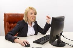 Mujer de negocios sonriente en el trabajo Imagen de archivo libre de regalías