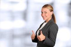 Mujer de negocios sonriente feliz con la muestra aceptable de la mano imagen de archivo libre de regalías