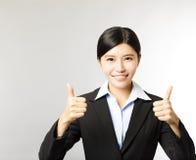 Mujer de negocios sonriente joven con el pulgar encima del gesto Imágenes de archivo libres de regalías