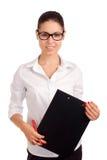 Mujer de negocios sonriente que sostiene el tablero Imagen de archivo libre de regalías