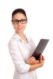 Mujer de negocios sonriente que sostiene el tablero Fotos de archivo