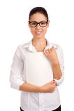 Mujer de negocios sonriente que sostiene la revista Imagen de archivo libre de regalías