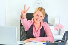 Mujer de negocios sonriente que muestra la victoria Fotografía de archivo