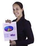 Mujer de negocios sonriente que muestra un documento del informe Fotografía de archivo libre de regalías