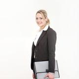 Mujer de negocios sonriente que sostiene el bolso gris foto de archivo libre de regalías