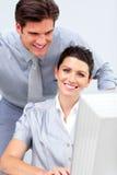 Mujer de negocios sonriente y su funcionamiento del colega Imagen de archivo