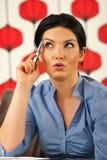 Mujer de negocios sorprendente pensativa Fotos de archivo