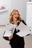 Mujer de negocios sosteniendo gráficos Fotos de archivo
