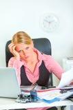 Mujer de negocios tensionada en el trabajo Fotos de archivo libres de regalías