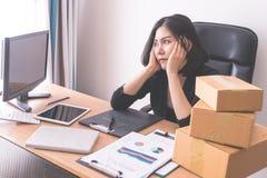 Mujer de negocios trastornada subrayada hacia fuera de sobrecarga del trabajo Foto de archivo libre de regalías