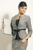 Mujer de negocios triguena con la computadora portátil Foto de archivo libre de regalías