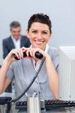 Mujer de negocios triguena en el teléfono Foto de archivo libre de regalías