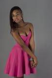 Mujer de negro sexy que lleva los accesorios rosados del vestido Fotografía de archivo libre de regalías