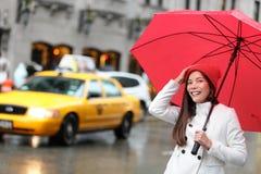 Mujer de New York City Manhattan con el paraguas de la caída Foto de archivo