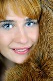 Mujer de ojos azules en piel de zorro Imagen de archivo libre de regalías