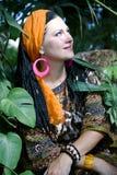 Mujer de ojos azules hermosa con la coleta africana Imagen de archivo libre de regalías