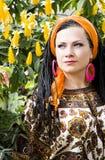 Mujer de ojos azules hermosa con las coletas africanas Foto de archivo